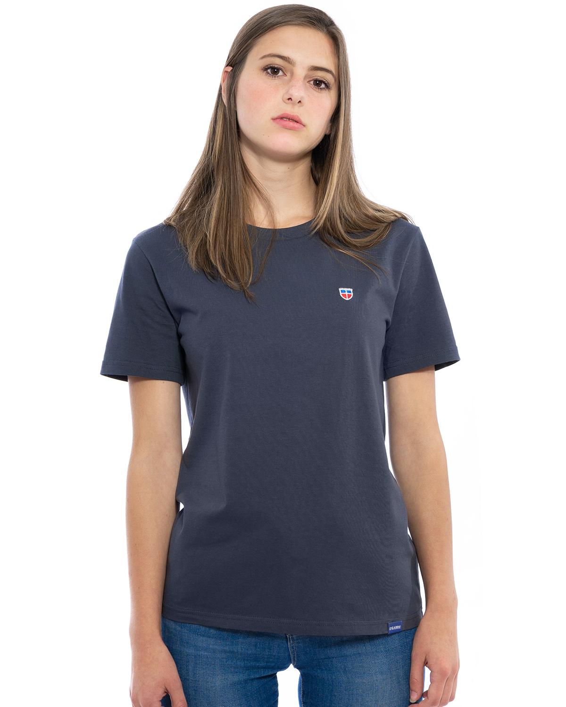 """Vorder-Ansicht des hochwertig bestickten Frauen T-Shirt """"CLAIRE"""" für Frauen in der Farbe Graphit-Blau von der Saarland Marke Lasarre mit dem LASARRE Wappen in Blau, Weiß, Rot auf der linken Brust und dem blauen LASARRE Markenzeichen am Saum"""