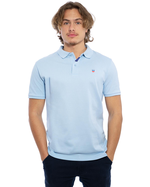 """Vorder-Ansicht des hochwertig bestickten Männer Polo Shirt """"MARCO"""" in der besonderen Farbe Azure von der Saarland Marke Lasarre mit dem LA SARRE Wappen in Blau, Weiß, Rot auf der linken Brust und dem blauen LA SARRE Markenzeichen am Saum"""