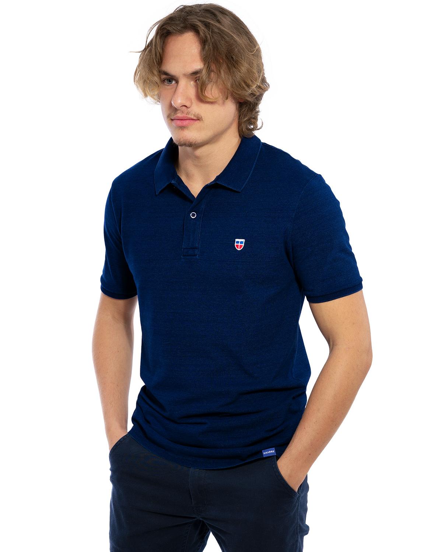 Hochwertig besticktes außergewöhnliches Polo Shirt für Herren in einer besonderen Indigo-Denim-Waschung von der Saarland Marke Lasarre mit dem LASARRE Wappen in Blau, Weiß, Rot auf der linken Brust und dem blauen LASARRE Markenzeichen am Saum