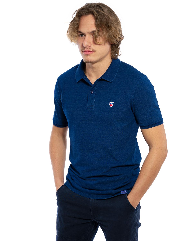 Vorder-Ansicht des hochwertig bestickten außergewöhnlichen Polo Shirt für Männer in einer besonderen Denim-Waschung von der Saarland Marke Lasarre mit dem LASARRE Wappen in Blau, Weiß, Rot auf der linken Brust und dem blauen LASARRE Markenzeichen am Saum
