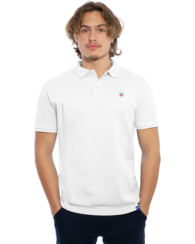"""Vorder-Ansicht des hochwertig bestickten Männer Polo Shirt """"LASARRE"""" in der klassischen Farbe Weiß von der Saarland Marke Lasarre mit dem LASARRE Wappen in Blau, Weiß, Rot auf der linken Brust und dem blauen LASARRE Markenzeichen am Saum"""