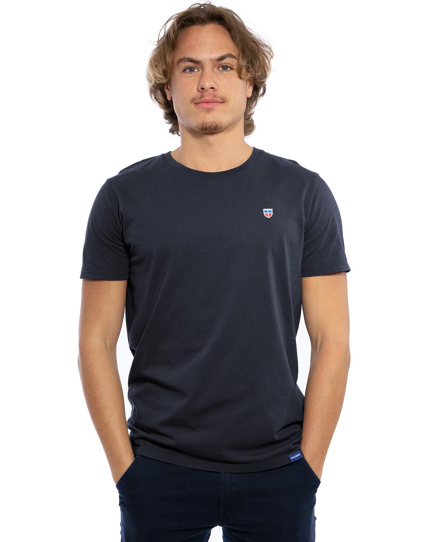 """Hochwertig besticktes Männer T-Shirt """"PAUL"""" in der Farbe Graphit-Blau von der Saarland Marke Lasarre mit dem LA SARRE Wappen in Blau, Weiß, Rot auf der linken Brust und dem blauen LA SARRE Markenzeichen am Saum"""