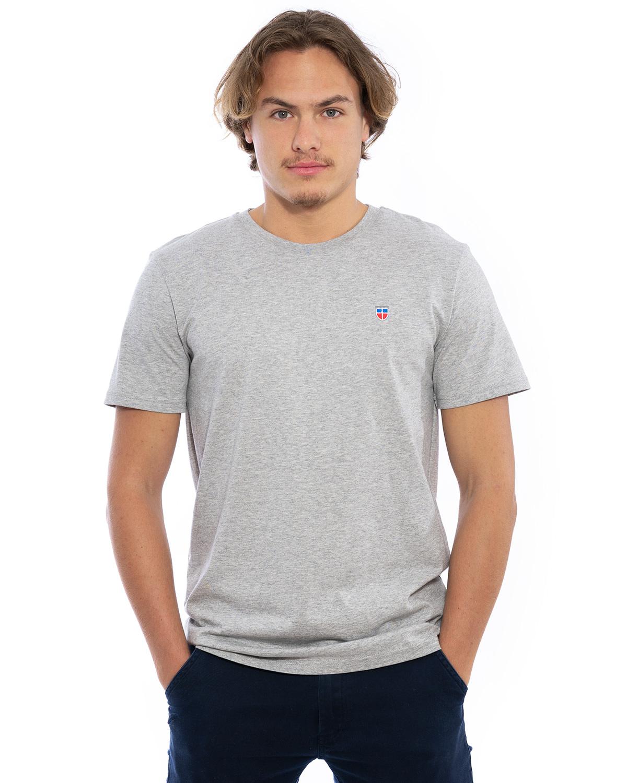 """Vorder-Ansicht des hochwertig bestickten Männer T-Shirt """"PAUL"""" in der Farbe Asch-Grau von der Saarland Marke Lasarre mit dem LASARRE Wappen in Blau, Weiß, Rot auf der linken Brust und dem blauen LASARRE Markenzeichen am Saum"""