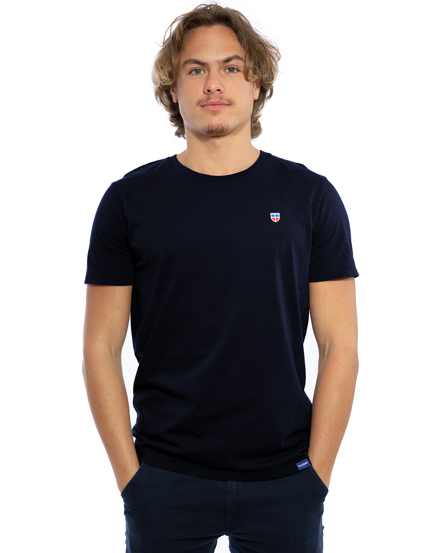"""Vorder-Ansicht des hochwertig bestickten Männer T-Shirt """"PAUL"""" in der Farbe Navy-Blau von der Saarland Marke Lasarre mit Logo-Stickerei von dem LASARRE-Wappen in Blau, Weiß, Rot auf der linken Brust und dem blauen LASARRE Markenzeichen am Saum"""