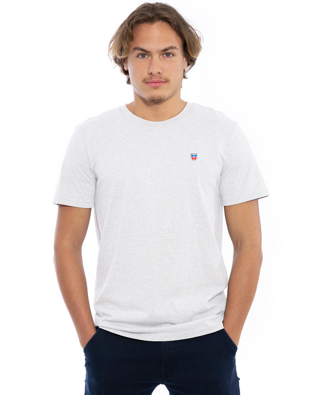"""Vorder-Ansicht des hochwertig bestickten Männer T-Shirt """"MORITZ"""" in der hellen besonderen Farbe Nuage von der Saarland Marke Lasarre mit dem LASARRE Wappen in Blau, Weiß, Rot auf der linken Brust und dem blauen LASARRE Markenzeichen am Saum"""