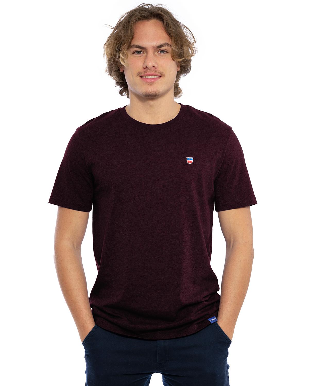 """Hochwertig besticktes Männer T-Shirt """"MORITZ"""" in der dunkelroten besonderen Farbe Rubin von der Saarland Marke Lasarre mit dem LASARRE Wappen in Blau, Weiß, Rot auf der linken Brust und dem blauen LASARRE Markenzeichen am Saum"""
