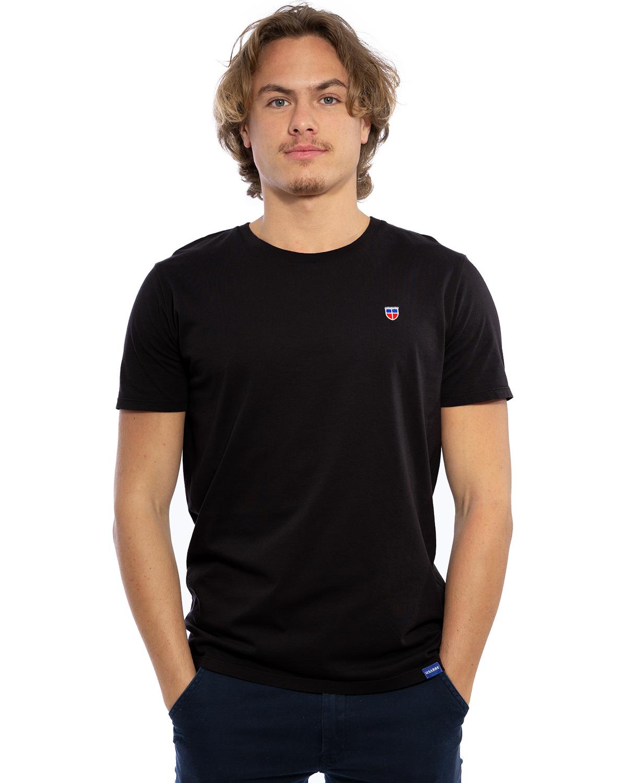 """Vorder-Ansicht des hochwertig bestickten Männer T-Shirt """"PAUL"""" in der Farbe Schwarz von der Saarland Marke Lasarre mit dem LASARRE Wappen in Blau, Weiß, Rot auf der linken Brust und dem blauen LASARRE Markenzeichen am Saum"""