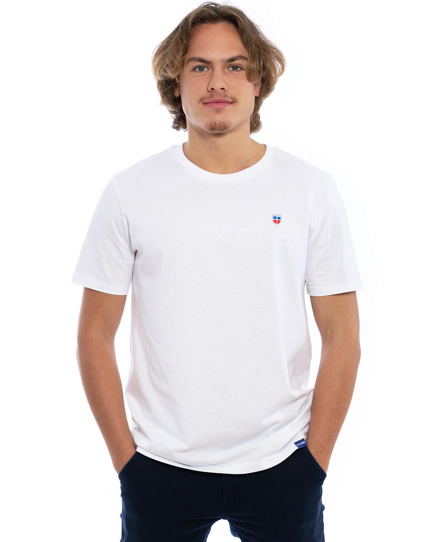 """Vorder-Ansicht des hochwertig bestickten Herren T-Shirt """"LASARRE"""" in der klassischen Farbe Weiß von der Saarland Marke Lasarre mit dem LASARRE Wappen in Blau, Weiß, Rot auf der linken Brust und dem blauen LASARRE Markenzeichen am Saum"""