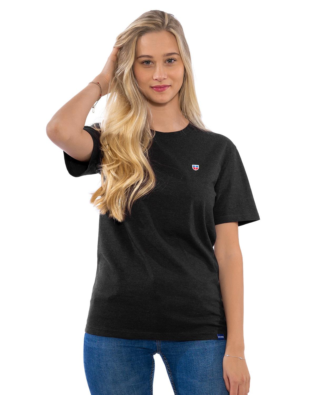 Junges weibliches Model in entspannter Pose im lava-grauen T-Shirt der Saarland-Marke LA SARRE. Auffällig sind das blaue LA SARRE Saumlabel und das Sarre-Wappen als Stickerei auf der Brust.